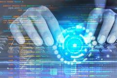 Το άτομο δίνει την κωδικοποίηση προγραμματιστών στο πληκτρολόγιο υπολογιστών στοκ φωτογραφία