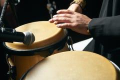 Το άτομο δίνει την παίζοντας μουσική στα τύμπανα djembe Στοκ Εικόνες