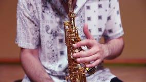 Το άτομο δίνει το saxophone παιχνιδιού απόθεμα βίντεο