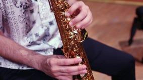 Το άτομο δίνει το saxophone παιχνιδιού φιλμ μικρού μήκους