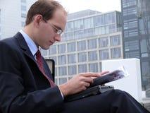 το άτομο διαβάζει Στοκ Εικόνες