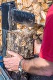 Το άτομο διαιρεί τον κορμό δέντρων για να κάνει το καυσόξυλο στοκ φωτογραφία με δικαίωμα ελεύθερης χρήσης