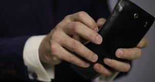 Το άτομο διανέμει τα ελβετικά τραπεζογραμμάτια φράγκων μετρητών από το πορτοφόλι απόθεμα βίντεο