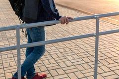 Το άτομο διατηρεί το κιγκλίδωμα Περίφραξη μπροστά από την εθνική οδό Βελτίωση των δημόσιων υπηρεσιών πόλεων στοκ εικόνες με δικαίωμα ελεύθερης χρήσης