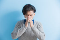 Το άτομο είναι άρρωστο και φτερνιμένος Στοκ φωτογραφία με δικαίωμα ελεύθερης χρήσης