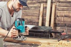 Το άτομο είναι ίσο με μια ξύλινη μηχανή άλεσης Στοκ Εικόνα