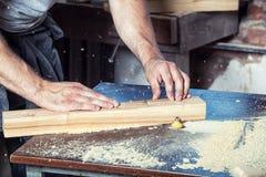 Το άτομο είναι ίσο με μια ξύλινη μηχανή άλεσης Στοκ φωτογραφία με δικαίωμα ελεύθερης χρήσης