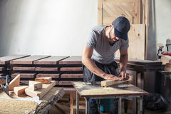 Το άτομο είναι ίσο με ξύλινο με μια μηχανή άλεσης Στοκ Φωτογραφίες