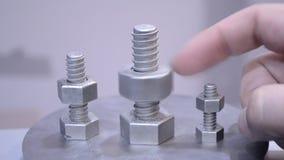 Το άτομο είναι αντικείμενο λεπτομέρειας στροφών που τυπώνεται στον τρισδιάστατο εκτυπωτή μετάλλων φιλμ μικρού μήκους