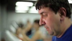 Το άτομο είναι δεσμευμένο treadmill απόθεμα βίντεο