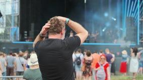 Το άτομο είναι ενθαρρυντικό στο υπαίθριο φεστιβάλ μουσικής απόθεμα βίντεο