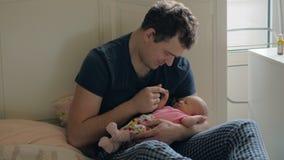Το άτομο είναι ευτυχές να έχει μια κόρη μωρών φιλμ μικρού μήκους