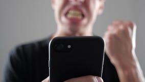 Το άτομο είναι με το μήνυμα που διάβασε στο smartphone Smartphone χρήσεων ατόμων φιλμ μικρού μήκους