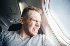Το άτομο είναι στο αεροπλάνο πριν από την αναχώρηση Καθυστέρηση αεροσκαφών έννοιας στοκ εικόνες