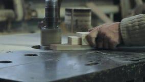 Το άτομο είναι τέχνη που λειτουργεί σε έναν πάγκο εργασίας με τα εργαλεία δύναμης απόθεμα βίντεο