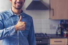 Το άτομο είναι υπερήφανο της καθαρής κουζίνας του στοκ εικόνες με δικαίωμα ελεύθερης χρήσης