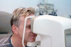Το άτομο ελέγχει το όραμά του στη μηχανή Στοκ φωτογραφία με δικαίωμα ελεύθερης χρήσης