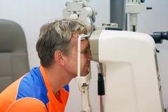 Το άτομο ελέγχει το όραμά του στη μηχανή Στοκ Εικόνα