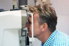 Το άτομο ελέγχει το όραμά του στη μηχανή Στοκ Φωτογραφία