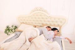 Το άτομο δεν μπορεί να κοιμηθεί το αγκάλιασμα ενώ ύπνος συζύγων Στοκ εικόνα με δικαίωμα ελεύθερης χρήσης