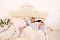 Το άτομο δεν μπορεί να κοιμηθεί το αγκάλιασμα ενώ ύπνος συζύγων Στοκ φωτογραφίες με δικαίωμα ελεύθερης χρήσης