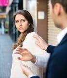 Το άτομο δεν πετυχαίνει να εξοικειωθεί με το κορίτσι Στοκ Εικόνες