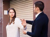 Το άτομο δεν πετυχαίνει να εξοικειωθεί με το κορίτσι Στοκ φωτογραφία με δικαίωμα ελεύθερης χρήσης
