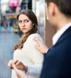 Το άτομο δεν πετυχαίνει να εξοικειωθεί με το κορίτσι Στοκ εικόνα με δικαίωμα ελεύθερης χρήσης