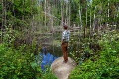 Το άτομο εξετάζει τη λίμνη στοκ εικόνα με δικαίωμα ελεύθερης χρήσης