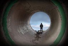 Το άτομο εξετάζει τον ορίζοντα στο τέλος της σήραγγας Στοκ φωτογραφία με δικαίωμα ελεύθερης χρήσης