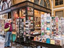 Το άτομο εξετάζει το ράφι καρτών στο Παρίσι ψωνίζοντας arcade Στοκ Εικόνες