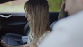 Το άτομο εξηγεί στη φίλη του πώς να οδηγήσει στο νέο αυτοκίνητο φιλμ μικρού μήκους