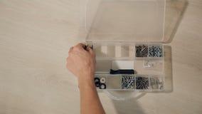 Το άτομο επιλέγει το εργαλείο για την επισκευή απόθεμα βίντεο