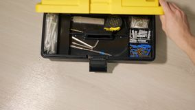 Το άτομο επιλέγει το εργαλείο για την επισκευή φιλμ μικρού μήκους
