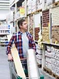 Το άτομο επιλέγει και αγοράζει τα αγαθά στο κατάστημα Στοκ Φωτογραφία