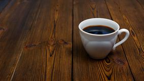 Το άτομο επιλέγει το νερό με το λεμόνι αντί ενός φλιτζανιού του καφέ για τον υγιή τρόπο ζωής απόθεμα βίντεο