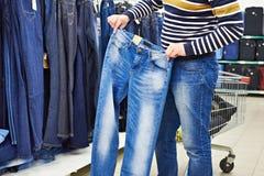Το άτομο επιλέγει το τζιν παντελόνι στο κατάστημα Στοκ φωτογραφίες με δικαίωμα ελεύθερης χρήσης
