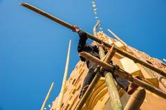 Το άτομο επισκευάζει την παγόδα Στοκ Φωτογραφίες