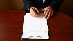 Το άτομο επισύρει την προσοχή το πρόγραμμα σε ένα καθαρό φύλλο απόθεμα βίντεο