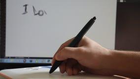 το άτομο επισύρει την προσοχή στη γραφική ταμπλέτα σε Photoshop ι την αγάπη εσείς απόθεμα βίντεο