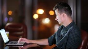 Το άτομο εργάζεται σε μια συνεδρίαση lap-top σε μια έδρα δίπλα στο παράθυρο HD φιλμ μικρού μήκους