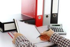 Το άτομο εργάζεται στα έγγραφα γραφείων Στοκ Εικόνες