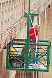Το άτομο εργάζεται σχηματισμένη αψίδα στη Durdevica γέφυρα της Tara πέρα από το πράσινο φαράγγι της Tara Στοκ Φωτογραφίες