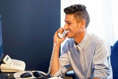 Το άτομο εργαζομένων γραφείων απαντά στην κλήση Στοκ Εικόνες
