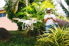 Το άτομο ελέγχει ένα quadrocopter στοκ φωτογραφίες με δικαίωμα ελεύθερης χρήσης