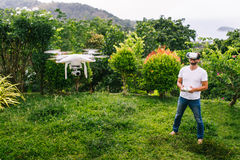 Το άτομο ελέγχει ένα quadrocopter Στοκ Φωτογραφίες