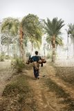 το άτομο ζωής πεδίων αγροτών μαζεύει με τη τσουγκράνα το χωριό αχύρου Στοκ εικόνες με δικαίωμα ελεύθερης χρήσης