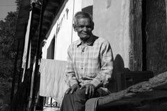το άτομο ζωής πεδίων αγροτών μαζεύει με τη τσουγκράνα το χωριό αχύρου Στοκ Εικόνες