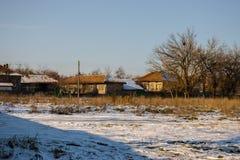 το άτομο ζωής πεδίων αγροτών μαζεύει με τη τσουγκράνα το χωριό αχύρου Στοκ εικόνα με δικαίωμα ελεύθερης χρήσης