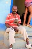 Το άτομο θέτει με Iguana, Τρινιδάδ, Κούβα Στοκ Εικόνες